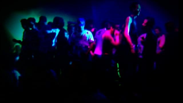 vidéos et rushes de london clinic for gbl addicts; tx 12.5.2000 england: int **music heard sot** **beware flashing lights** various of clubbers dancing in nightclub ends - sortir en boîte de nuit