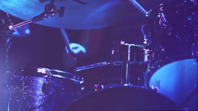 vidéos et rushes de tambour joueur à un spectacle - procédé croisé