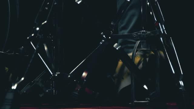 stockvideo's en b-roll-footage met de musicus van de speler van de trommel in opnamestudio - zanger