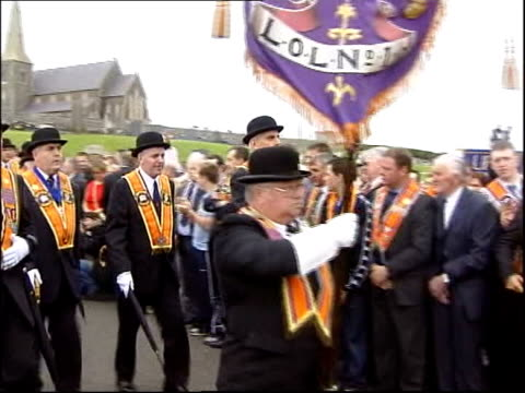 vidéos et rushes de drumcree parade passes off peacefully itn northern ireland portadown drumcree orangemen marching along towards barrier during orange march leader of... - turning on or off
