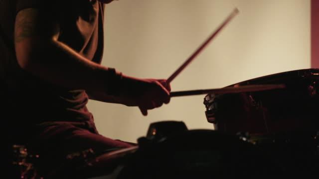 vídeos de stock e filmes b-roll de drummer drumming in super slow motion with strobe lighting - baterista