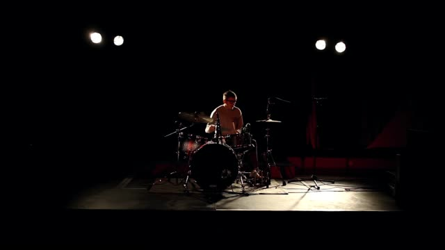 vidéos et rushes de drummer drumming on stage - live rock musician - with audio, long shot - drummer