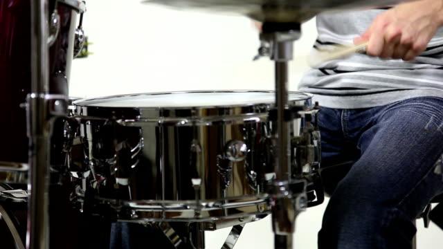 vídeos de stock e filmes b-roll de baterista drumming - baterista