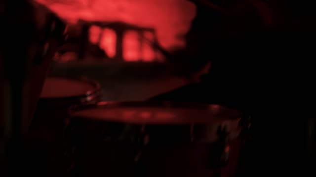 vídeos y material grabado en eventos de stock de ms drummer en un concierto de rock - balancearse