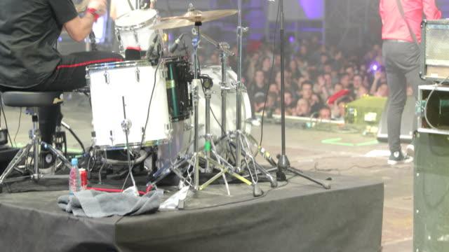 stockvideo's en b-roll-footage met drummer uitvoeren op het podium - drum