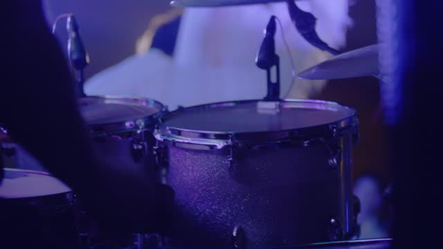 vídeos y material grabado en eventos de stock de batería actuando en el escenario - golpear
