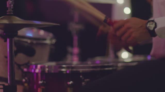 ステージ上を実行するドラマー - 太鼓点の映像素材/bロール