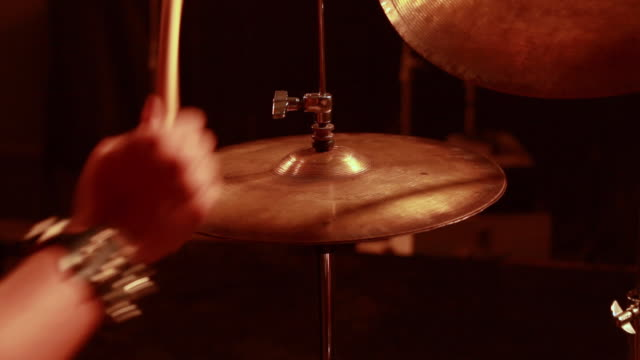 stockvideo's en b-roll-footage met drummer playing drums on the stage in the nightclub, delhi,india - drummer
