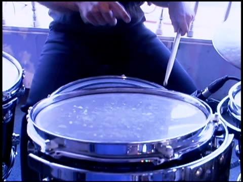 stockvideo's en b-roll-footage met drummer playing music - alleen één jonge man