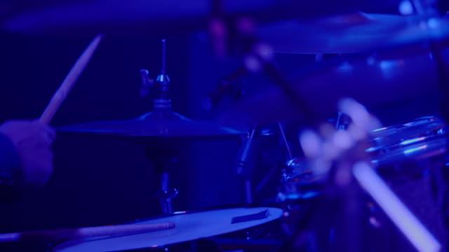vídeos y material grabado en eventos de stock de drummer tocando - golpear