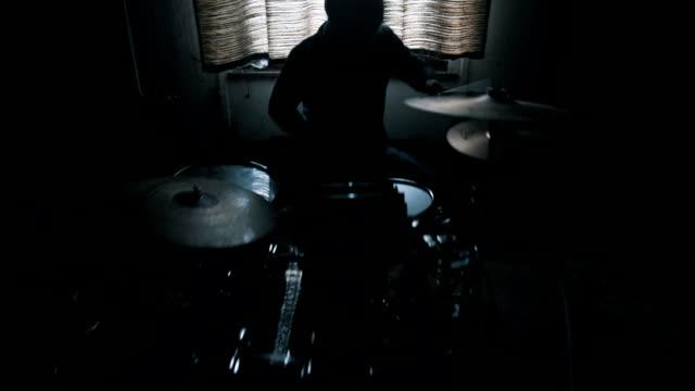 ドラマーは、部屋でドラムを果たしています。 - 太鼓点の映像素材/bロール