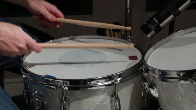 vidéos et rushes de drummer plays snare drum - drummer