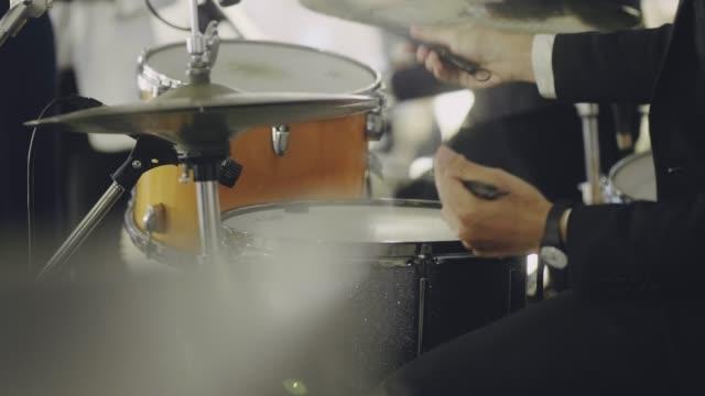 vídeos de stock, filmes e b-roll de solo de baterista tendo em concerto - vida noturna