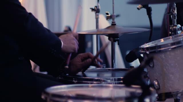 vídeos y material grabado en eventos de stock de batería de tomar solo en concierto - evento en vivo