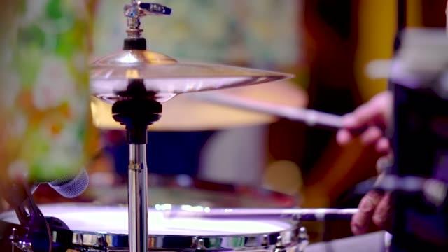vidéos et rushes de batteur en solo sur scène. - rock moderne