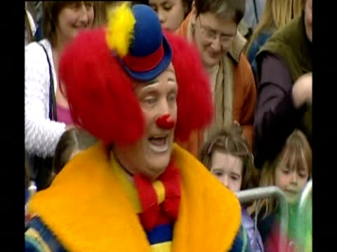 stockvideo's en b-roll-footage met drummers and clown celebrate the queen's arrival to stornoway as part of her golden jubilee tour - 50 jarig jubileum