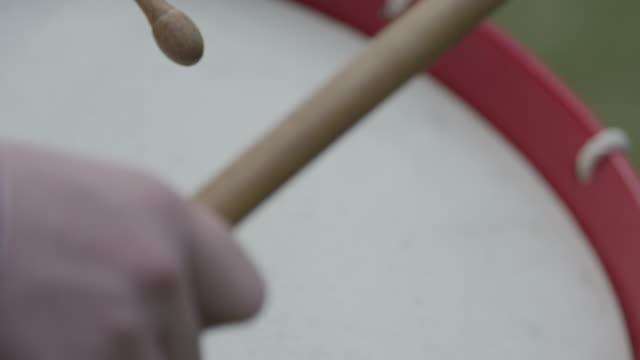 stockvideo's en b-roll-footage met drumsticks beating on snare drum - drum
