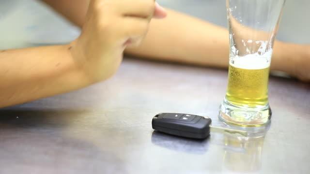 酔うとドライブ - 車のキー点の映像素材/bロール