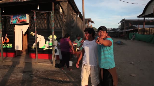 vidéos et rushes de drunk gold miners posing for photographs. the region of madre de dios in south-eastern peru has been devastated by illegal gold mining, it has a... - crimes et délits