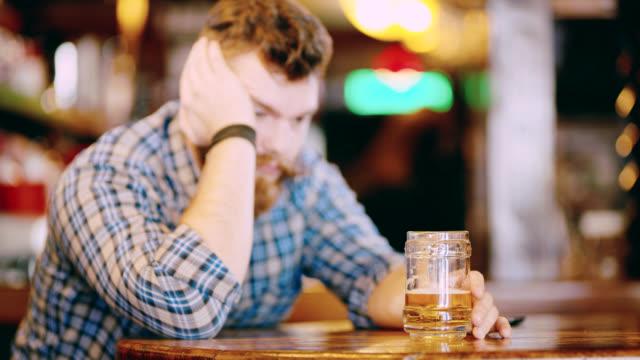 Hipster DS MS borracho dormido en la mesa