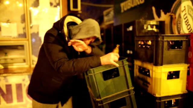 Hombre borracho al aire libre en la noche de invierno