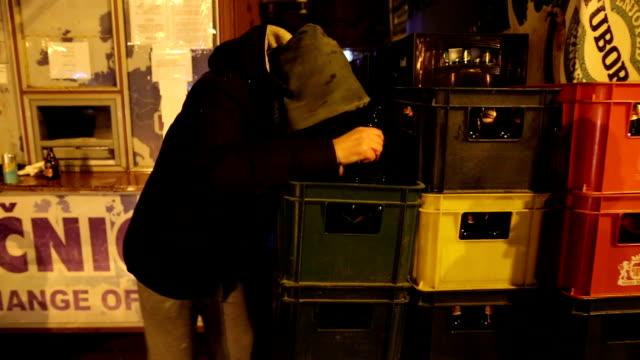 vídeos y material grabado en eventos de stock de hombre borracho al aire libre - borracho