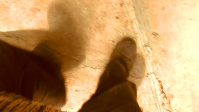vídeos y material grabado en eventos de stock de borracho hombre caminando burdos - borracho