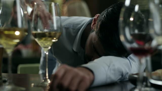 stockvideo's en b-roll-footage met dronken jonge man - alcoholisme