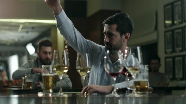 Joven hombre borracho