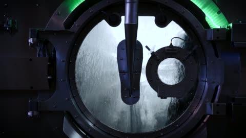 vidéos et rushes de machines à laver de taille industrielle de nettoyeur à sec - laver