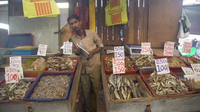 vídeos de stock, filmes e b-roll de dry fish market stall at colombo, sri lanka - mercado das pulgas