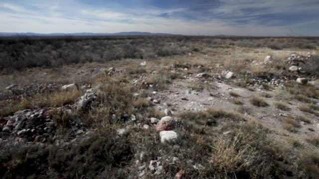 vídeos y material grabado en eventos de stock de dry, flat desert environment, wide left pan - southwest usa