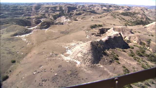 vidéos et rushes de dry hills and barren lands characterize the hell creek countryside of montana. - montana