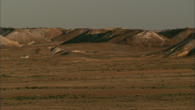 dry plains lead to plateaus in coober pedy. - coober pedy stock videos & royalty-free footage