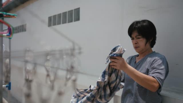 vidéos et rushes de sécher les vêtements - lessive produit d'entretien