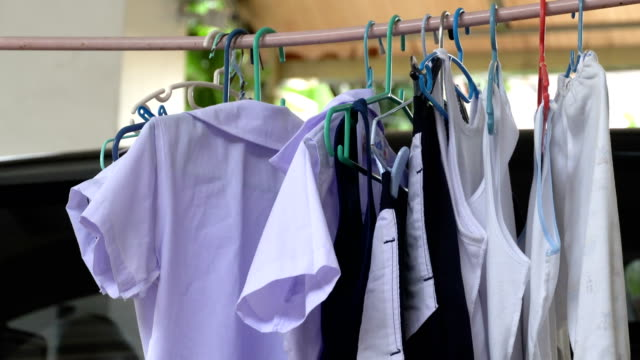vídeos y material grabado en eventos de stock de secar la ropa con bastidores de tela, mantener la ropa seca en el estante de la ropa, perchas de tela en usado - hacer la colada