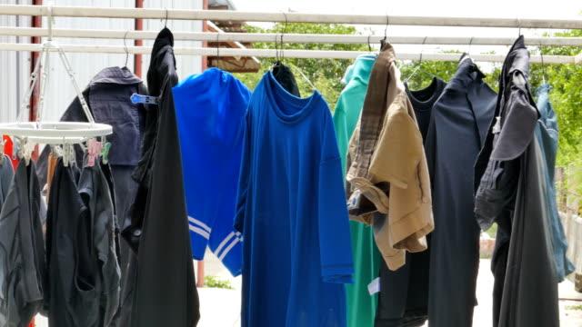 stockvideo's en b-roll-footage met droog kleren buitenshuis. - wasmand
