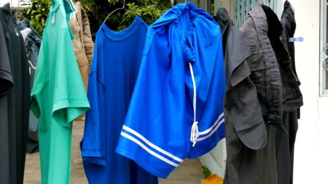 stockvideo's en b-roll-footage met droog kleren buitenshuis. - waslijn
