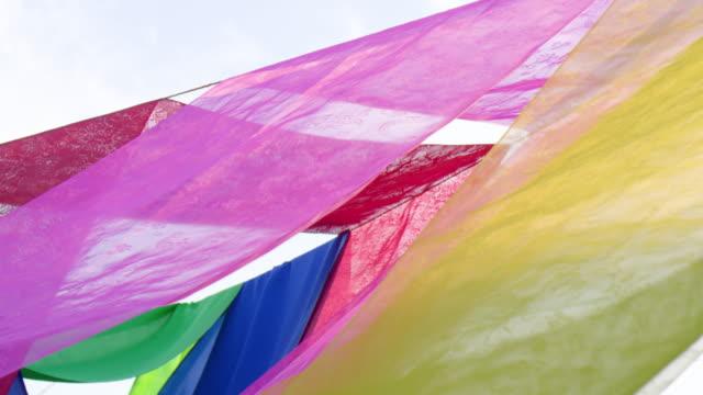 vídeos y material grabado en eventos de stock de drying colored textiles in the wind / south korea - estar colgado
