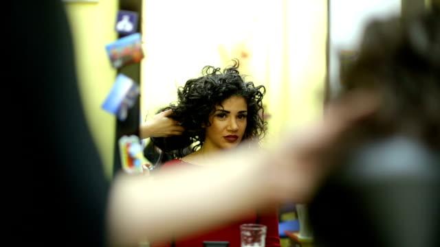 vidéos et rushes de sécher les cheveux au salon de coiffure - cheveux frisés