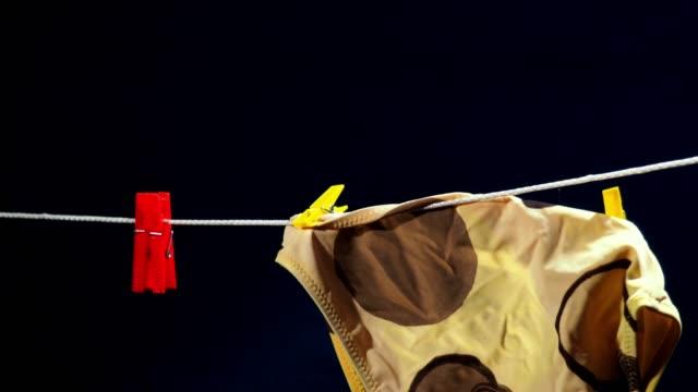 stockvideo's en b-roll-footage met drogen van linnen op de snaar - wasknijper