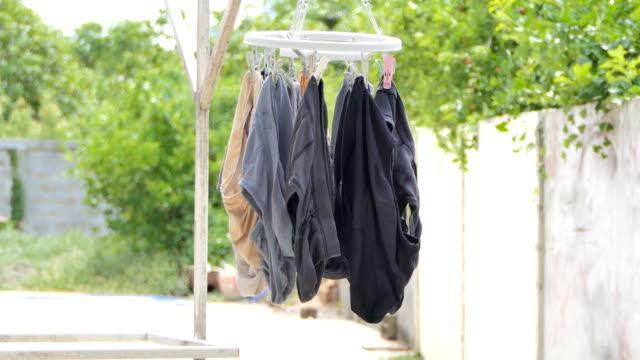 trocknen unterwäsche auf kreis tuch trocknen. - unterwäsche stock-videos und b-roll-filmmaterial