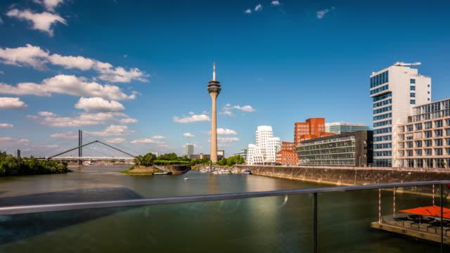 düsseldorf skyline - tracking-zeitraffer - verkehrsweg für fußgänger stock-videos und b-roll-filmmaterial