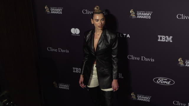 stockvideo's en b-roll-footage met dua lipa at the recording academy and clive davis' 2020 pre-grammy gala at the beverly hilton hotel on january 25, 2020 in beverly hills, california. - grammy awards