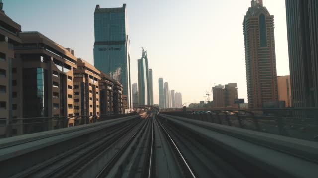 高層ビルとドバイ ・ メトロ交通ドライブ - モノレール点の映像素材/bロール