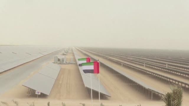 vídeos de stock, filmes e b-roll de dubai on monday completed a solar plant big enough to power 50000 homes as part of a plan to generate threequarters of its energy from renewables by... - plano americano