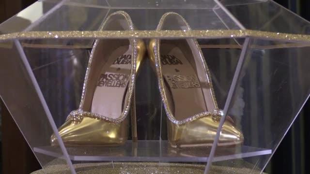 dubai puso de venta unos lujosos zapatos de cuero seda oro y diamantes por un valor de 17 millones de dolares - seda stock videos & royalty-free footage