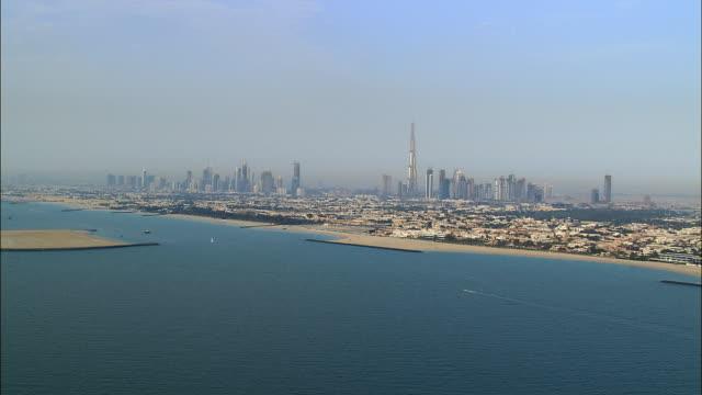 aerial dubai skyline along coast, dubai, united arab emirates - 50 sekunder eller längre bildbanksvideor och videomaterial från bakom kulisserna