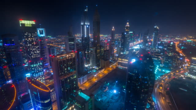 vídeos de stock e filmes b-roll de tl ws dubai skyline along sheik zayed road at night - plano geral
