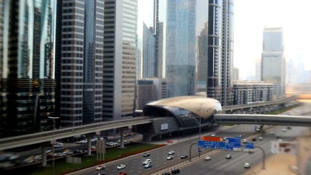 vídeos y material grabado en eventos de stock de dubai uae sheikh zayed road traffic skyscraper burj kalifa - estación entorno y ambiente